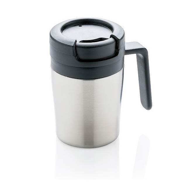 Méně je někdy více. S výškou 8cm je to perfektní hrnek s dvouplášťovou stěnou pro váš kávovar. Vnitřní tělo z PP. Jednoduché otočné víčko zabraňující rozlití. Ideální pro Ristretto, Espresso nebo Lungo. Praktické ouško pro pohodlné popíjení. Pouze pro ruční mytí. Objem 160ml. Ochranný vzor® - stříbrná - foto